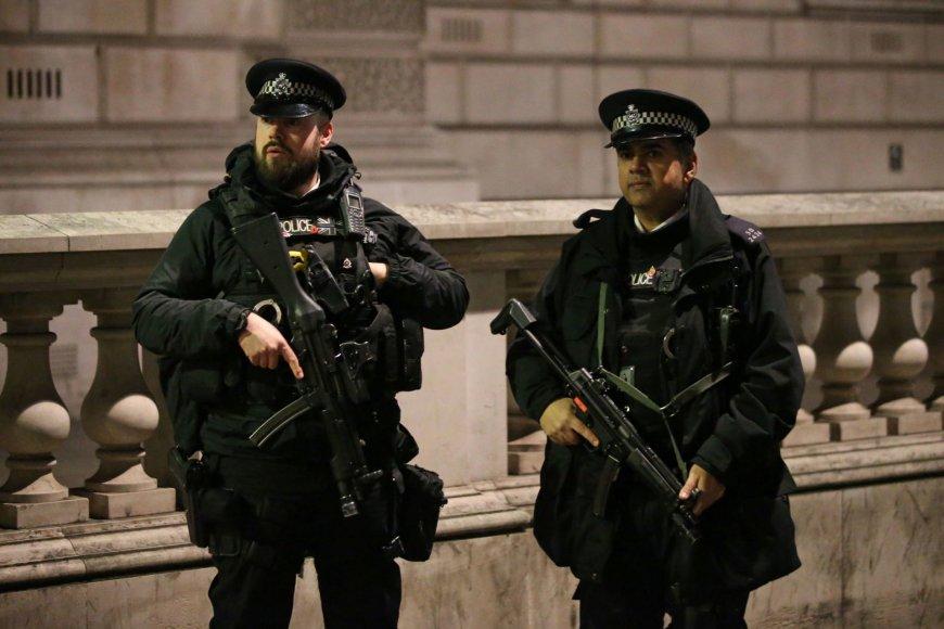Ginkluota policija Londone.