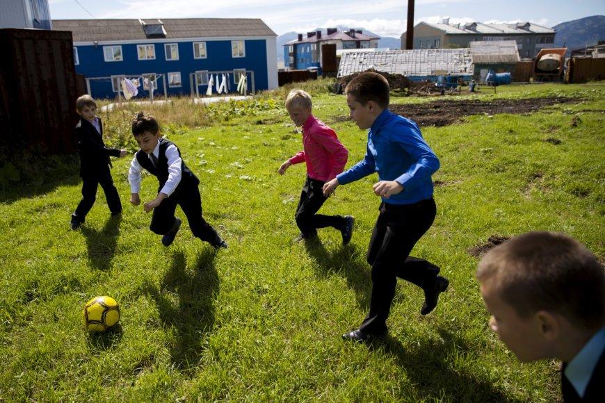 Vaikai žaidžia prie mokyklos Kurilų salose