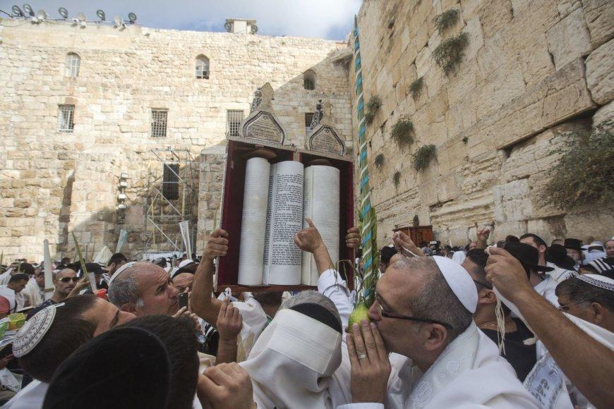 Tūkstančiai žydų susirinko prie Vakarų sienos vadinamajam šventikų palaiminimui