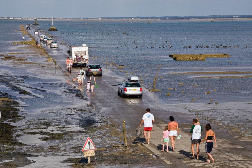 Kelias Prancūzijoje, kuris pradingsta po vandeniu dukart per parą