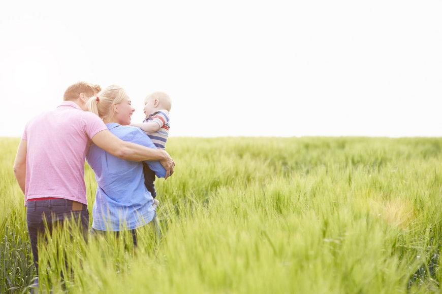 123RF.com nuotr./Šeima išėjo pasivaikščioti