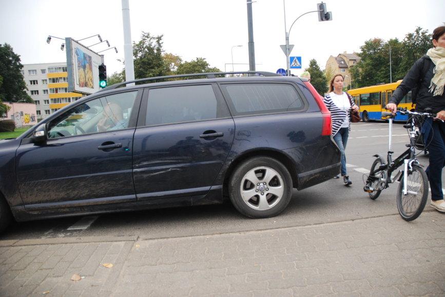 """Nežymiai apgadintas """"Volvo"""" įvykio vietoje"""