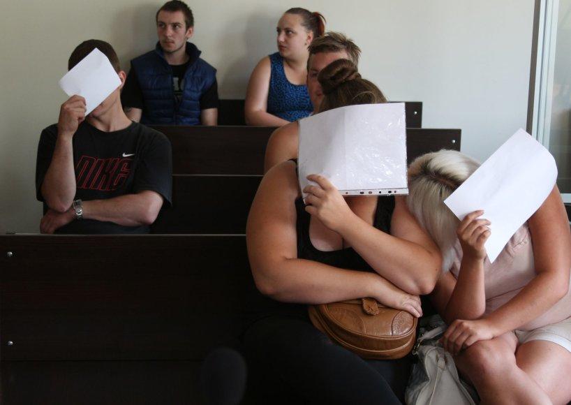 Po dviejų metų teisme atsidūrę kaltinamieji jau nebuvo tokie drąsūs – moterys dangstė veidus popieriumi, o vyrai buvo nekalbūs.