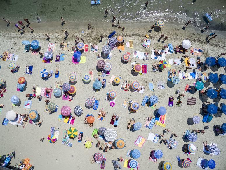 Skėčiai viename iš Graikijos paplūdimių
