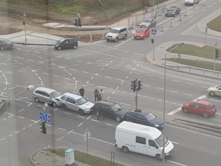 "Ukmergės gatvėje Vilniuje susidūrę ""Volkswagen"", BMW, ""Subaru"" ir ""Toyota"" automobiliai."