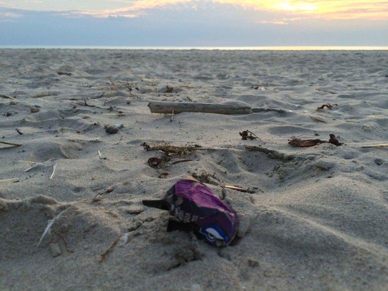 Jau trečius metus iš eilės analizuojama, kokių atliekų paplūdimiuose daugiausia – tai atskleidžia poilsiautojų įpročius.