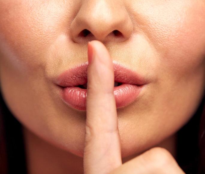 Tylinti moteris