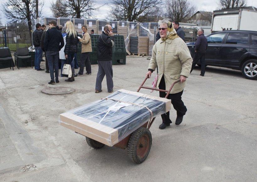 Kompostavimo dėžės Salininkų gyventojams atiteko nemokamai.