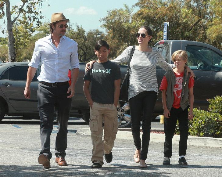 Vida Press nuotr./Bradas Pittas ir Angelina Jolie su sūnumi Paxu ir dukra Shiloh
