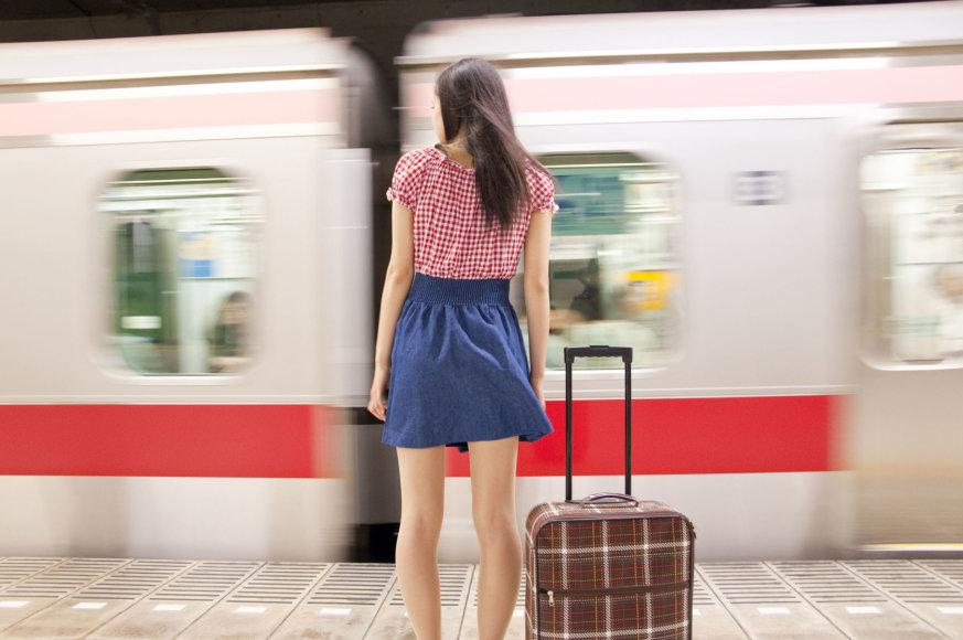 Mergina laukia traukinio