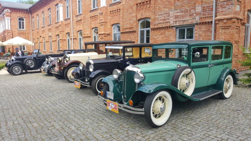 Ralyje dalyvauja automobiliai, pagaminti iki 1945 metų