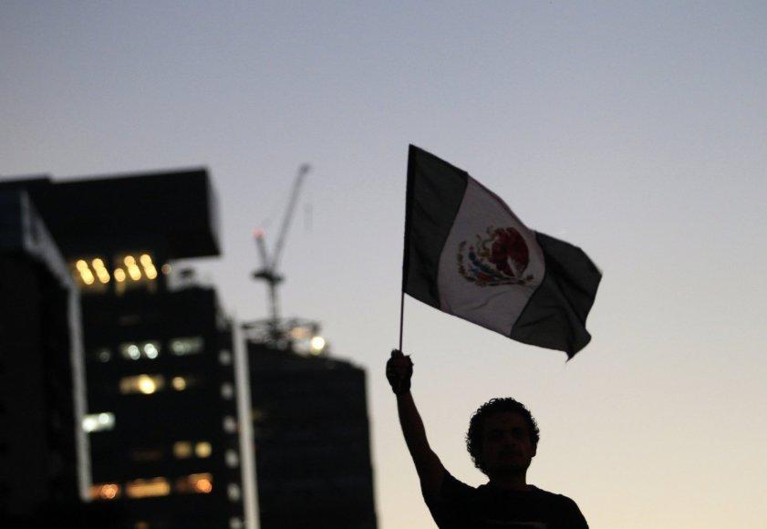 Meksikos vėliavą laikantis protestuotojas