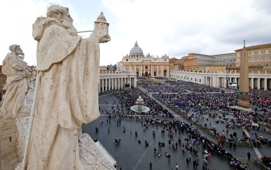 Tikintieji plūsta į Šv.Petro aikštę Velykų sekmadienio Mišių.