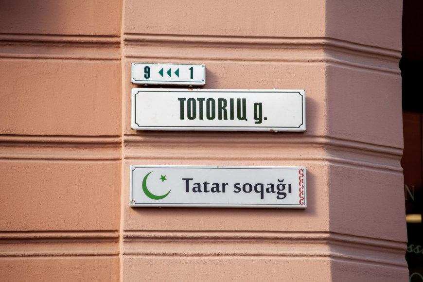 Sostinės Totorių gatvėje pakabinta lentelė totorių kalba