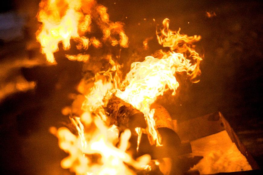 Prie Seimo uždegti Sausio 13-osios atminimo laužai.