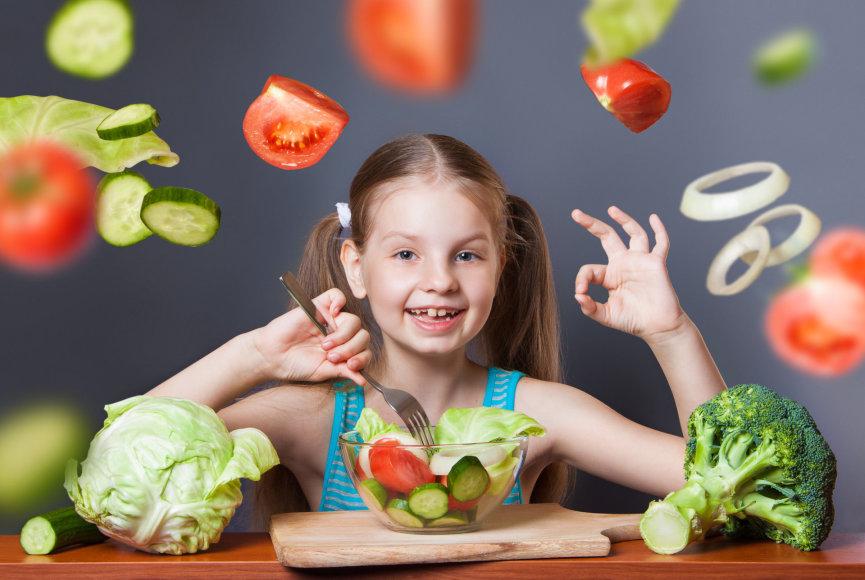 Mergaitė valgo daržoves
