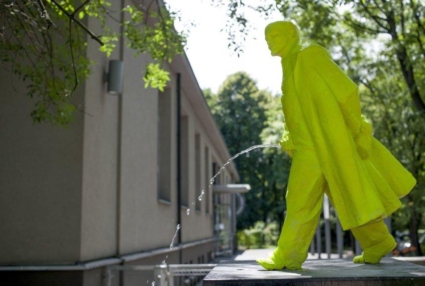 """Lenkų menininko Bartoszo Szydlowskio sukurtas """"Besišlapinančio Lenino"""" fontanas"""