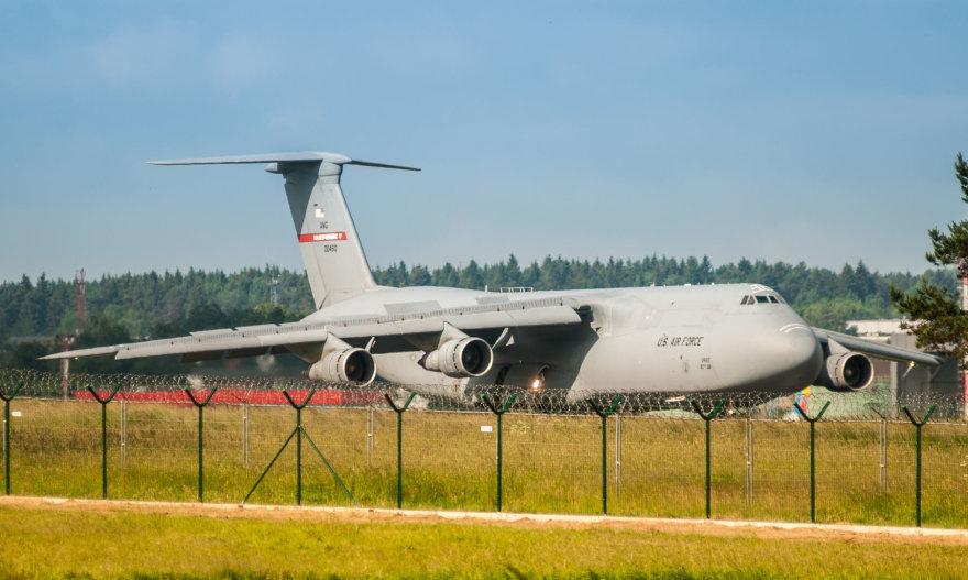 """JAV karinis lėktuvas """"Lockheed C-5 Galaxy"""" atgabeno karinę techniką į tarptautines pratybas """"Kardo kirtis 2014"""""""