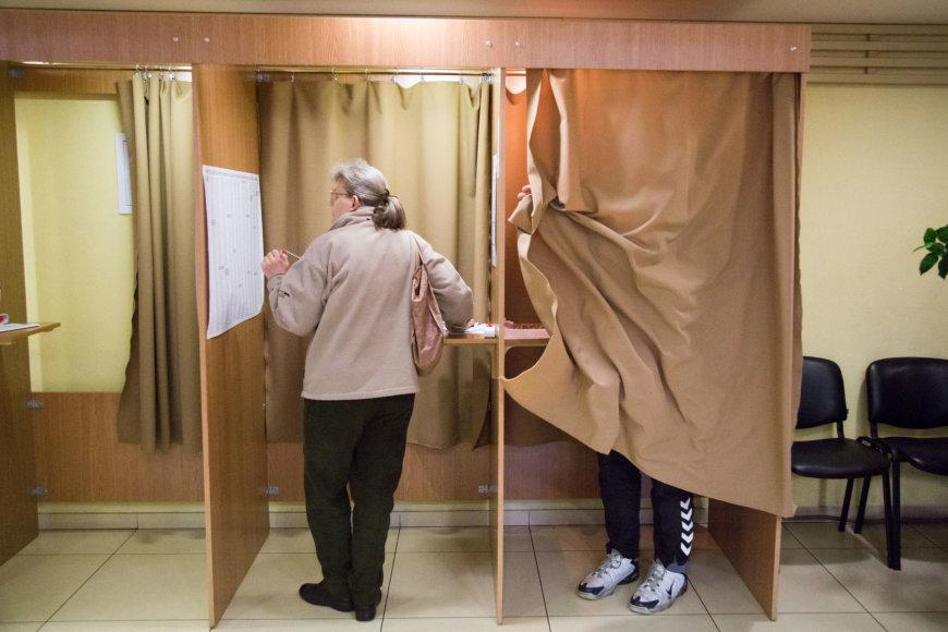 Vilniečiai balsuoja Seimo rinkimuose.