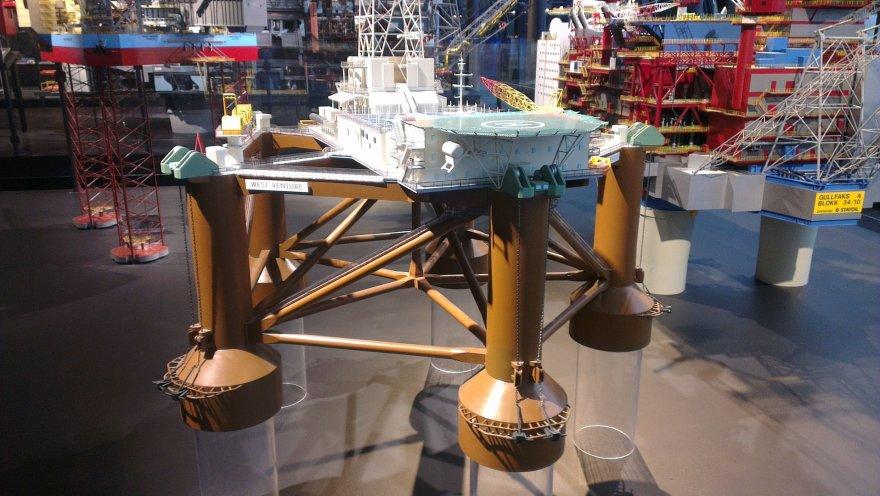 Naftos platformos modelis