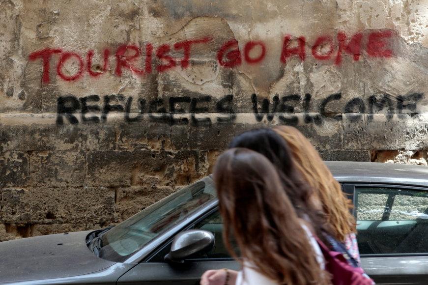 """Grafitis Ispanijoje """"Turiste, važiuok namo. Pabėgėliai, sveiki atvykę"""""""