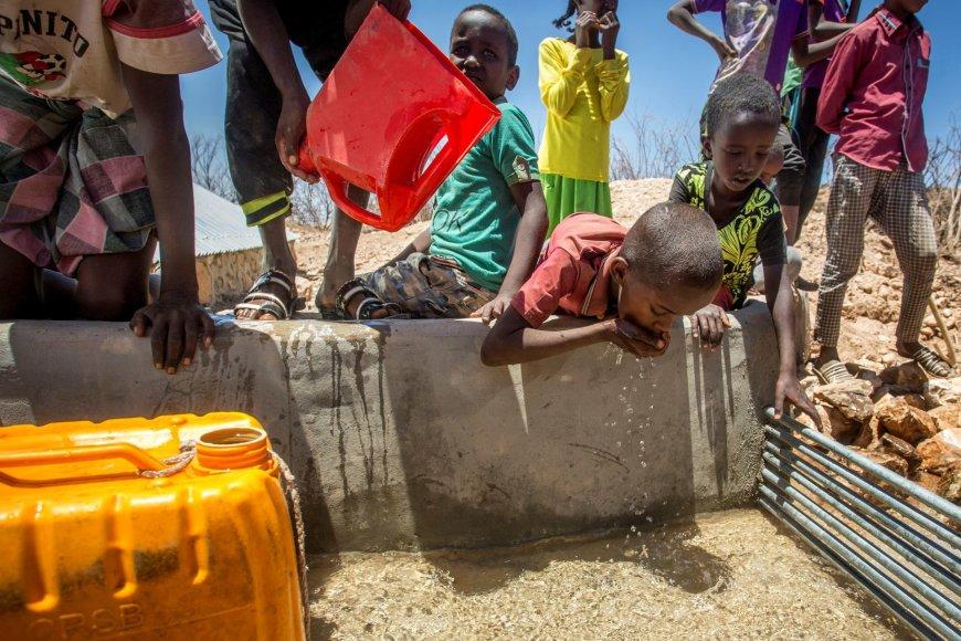 Vaikai Somalyje geria sunkvežimio atgabentą vandenį