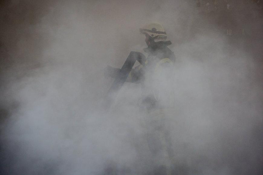 Gelbėtojai malšina gaisrą Vilniaus Kreivajame skersgatvyje