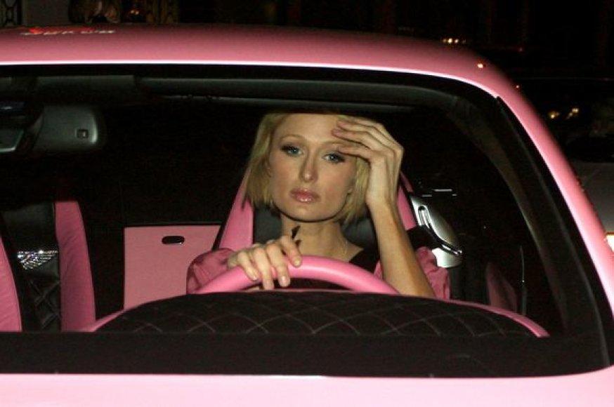 Paris Hilton automobilyje