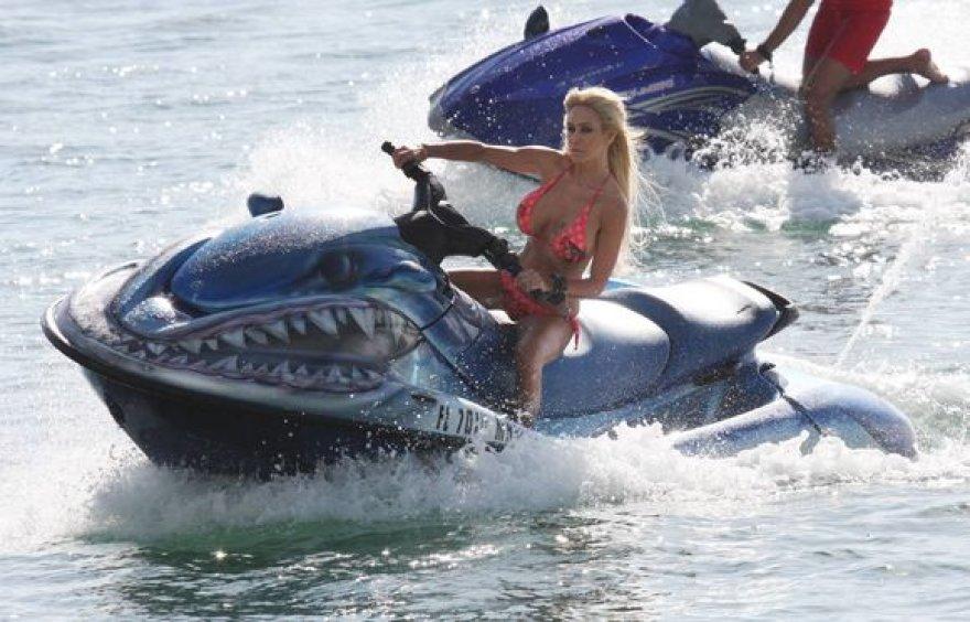 Shauna Sand ant vandens motociklo