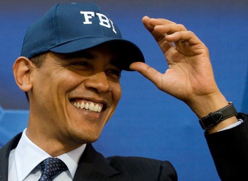 Barackas Obama matuojasi gautą FTB pareigūno kepuraitę.