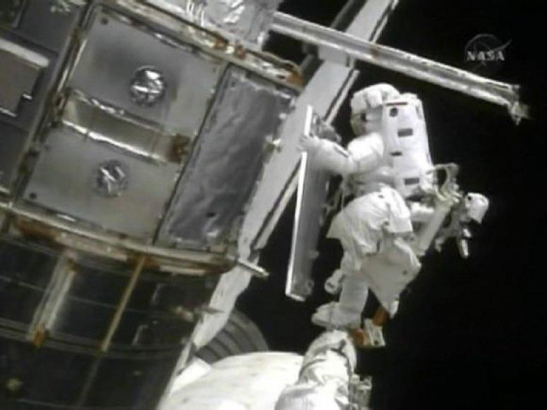 Kadrai iš teleskopo taisymo atvirame kosmose.