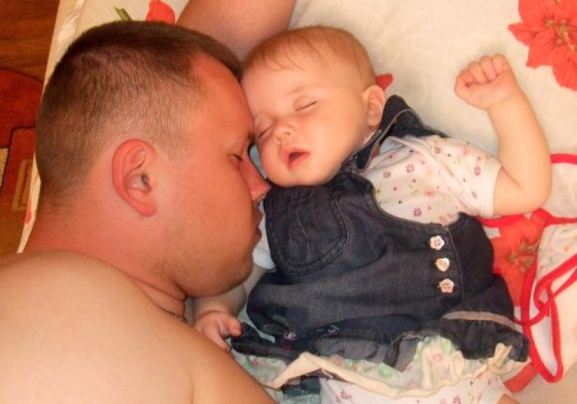 Viktorijai miegelis su tėveliu Nerijumi pats saldžiausias.