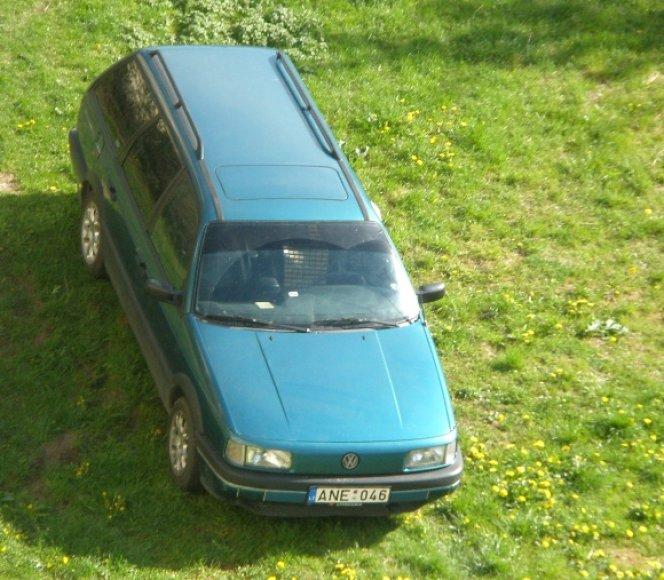 Fotopolicija. Automobilis ant pievelės.