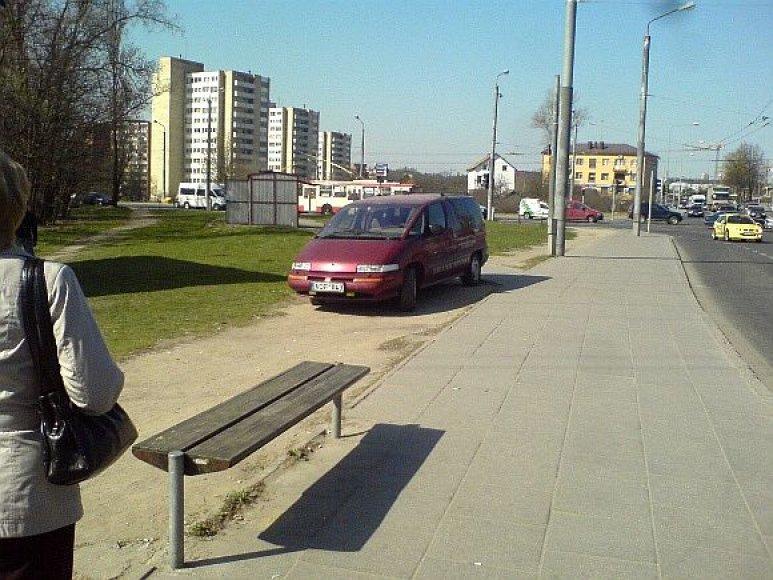 Fotopolicija. Renault peršoko net stotelę.