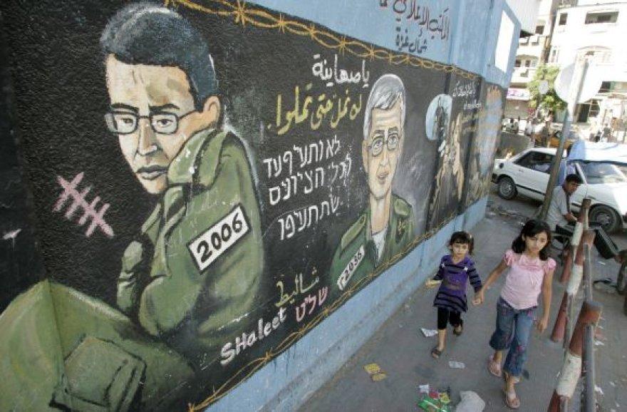 Gilado Shalito portretas ant sienos