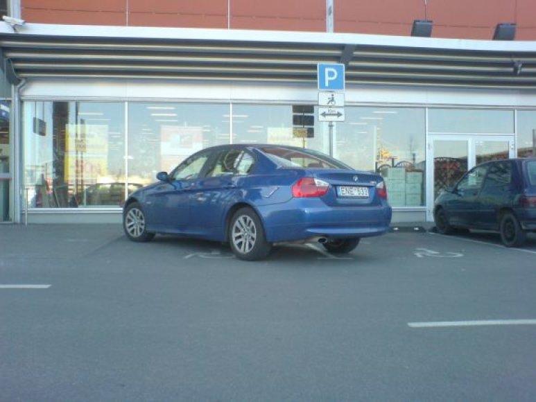 """Fotopolicija: BMW prie """"Banginio"""" prekybos centro"""