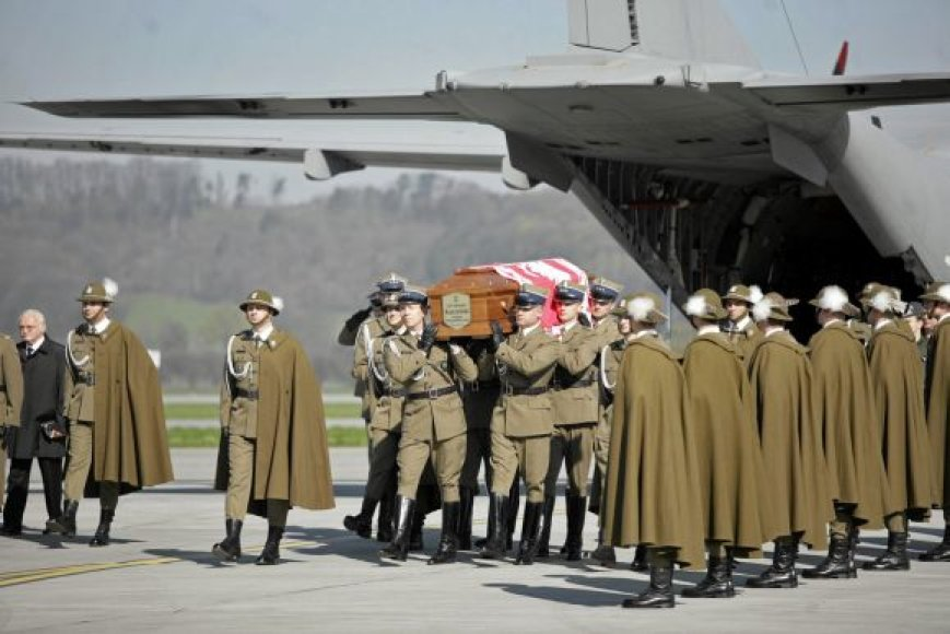 Prezidento L.Kaczynskio ir jo žmonos karstai Krokuvos oro uoste