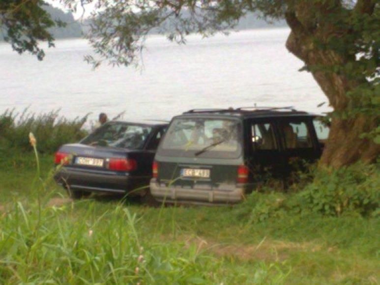 Automobiliai prie Akmenos ežero