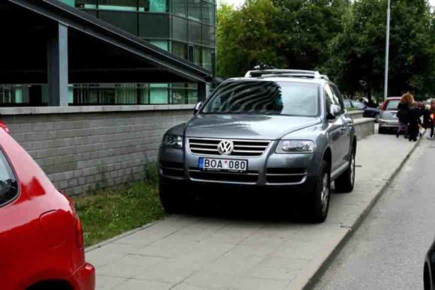 Fotopolicija. Automobiliai ant šaligatvio