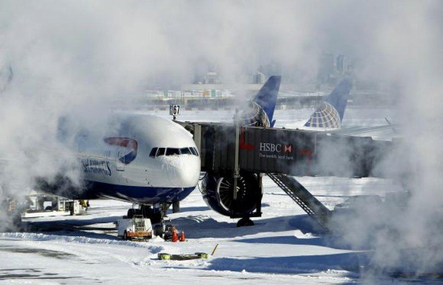 JAV oro uostus sukaustė sniegas