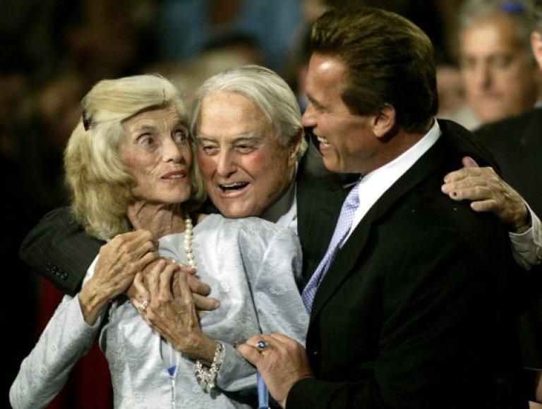 Arnoldas Schwarzeneggeris (dešnėje) su žmonos tėvais Sargentu ir Eunice Shriveriais
