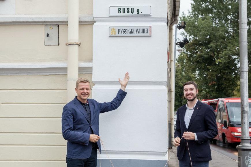 Vilniaus m. savivaldybės nuotr./Atidengiama rusiška Rusų gatvės lentelė.