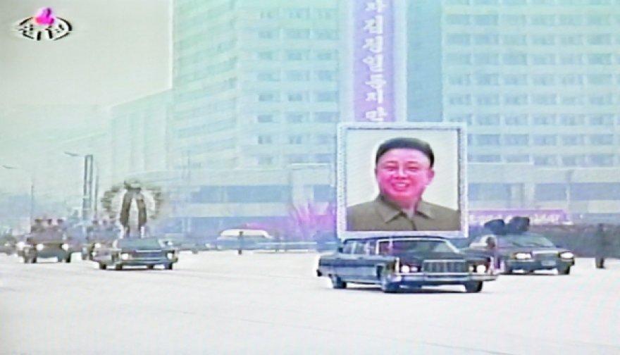 Gedulingas kortežas su Kim Jong Ilo palaikais rieda Pchenjano gatvėmis.