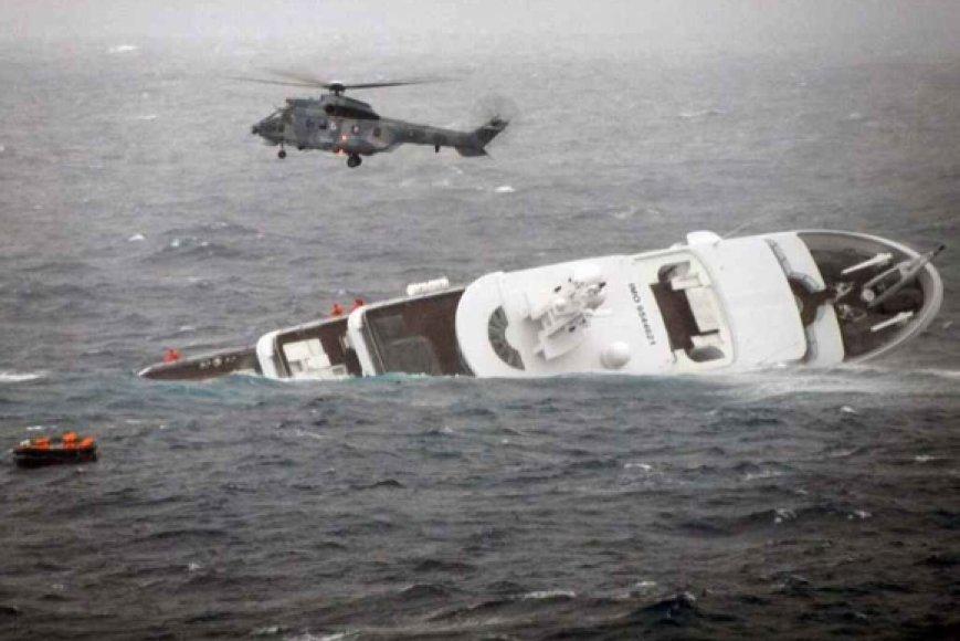 Skęstančios jachtos įgulos gelbėjimo operacija