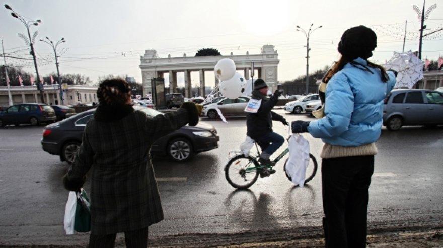 Ratuotą protesto akciją Maskvoje sveikina pėstieji dalyviai.