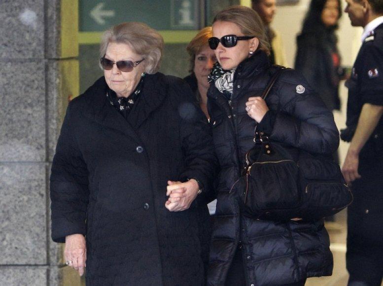 Princą Johaną Friso ligoninėje aplankė jo motina, Nyderlandų karalienė Beatrix (kairėje) ir žmona Mabel Wisse Smit.