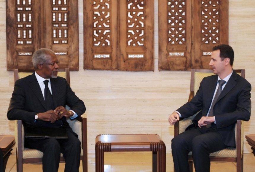 Kofi Annanas (kairėje) ir Basharas al Assadas