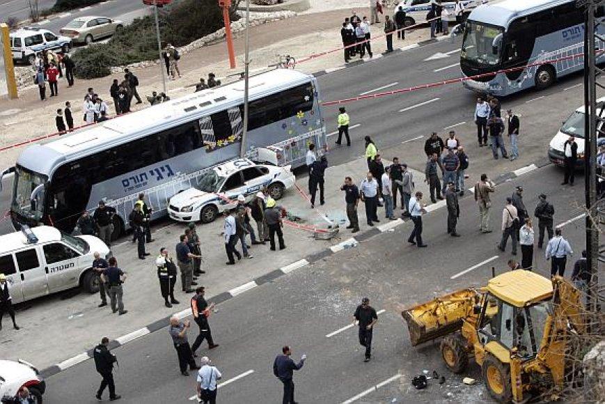 Teroristas policijos automobilį taranavo buldozeriu.