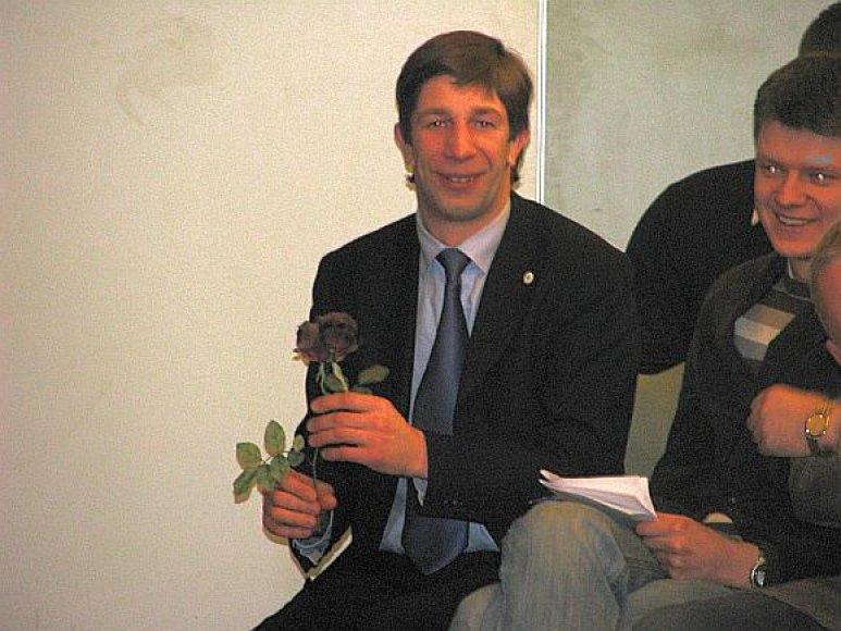 Antanas Nedzinskas dovanų gavo gėlę.