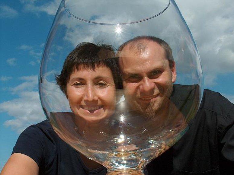 """Lenkų """"Stiklo duetas"""" turi didžiausią stiklo arfą pasaulyje."""